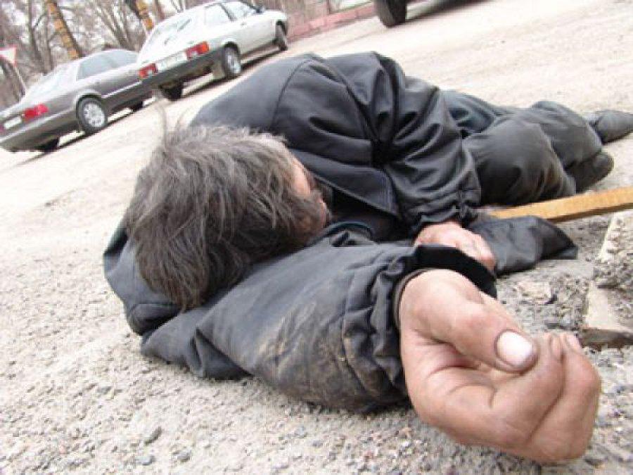 Лежал отдыхал: вБрянске шофёр  Ауди  A4 переехал лежавшего надороге мужчину
