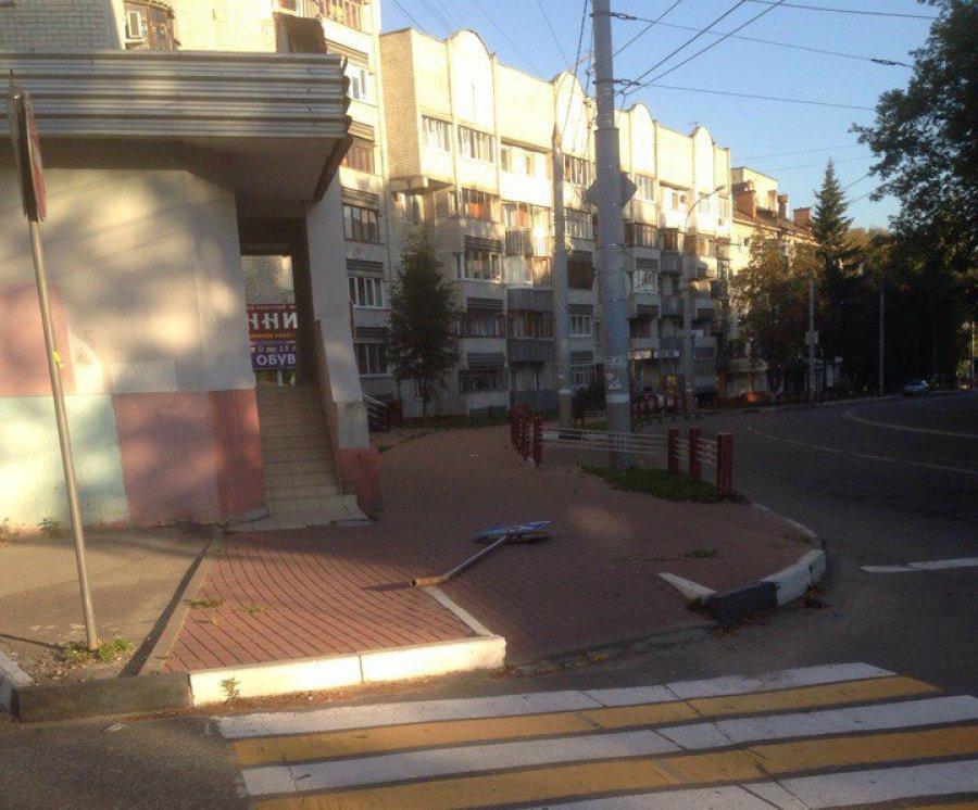 В Брянске у здания пресс-службы УМВД упал дорожный знак