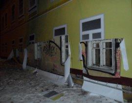И снова здравствуйте! В Брянске разрушенный дом опять закрывают баннером