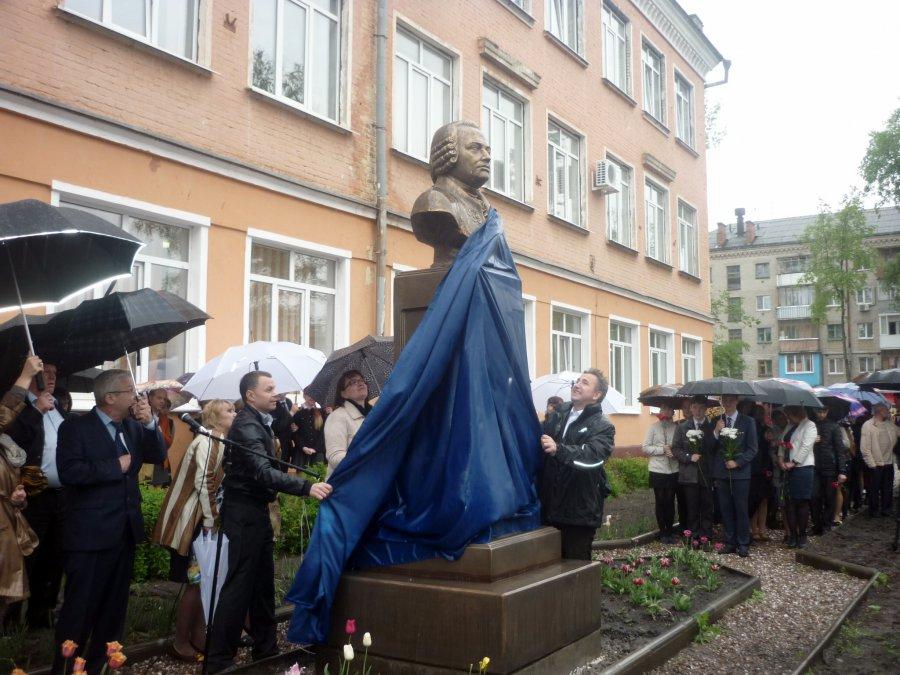 В брянском лицее №2 установили бюст Ломоносову