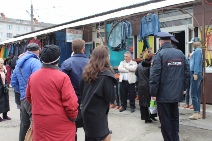 Милиция отыскала контрафактную одежду на основном рынке Брянска