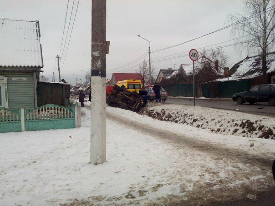 В Брянске в ДТП с Hyundai перевернулся УАЗ
