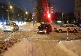В Брянске возле Диагностического центра столкнулись три авто