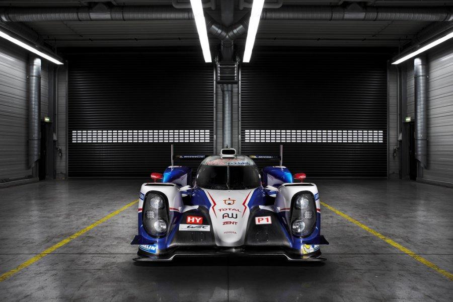 Toyota Racing выходит на гоночный трек с новым гибридным болидом TS040 HYBRID