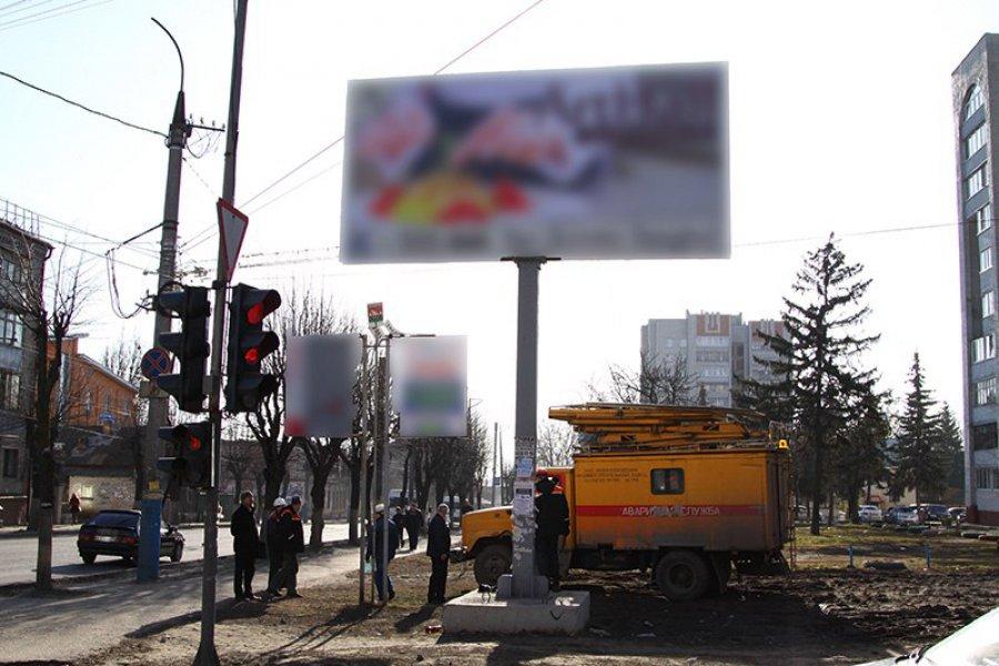 Вцентре Брянска демонтировали преступный рекламный щит