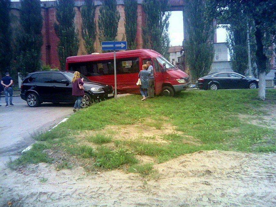 В аномальной зоне Брянска крутой BMW с номером 555 атаковал маршрутку