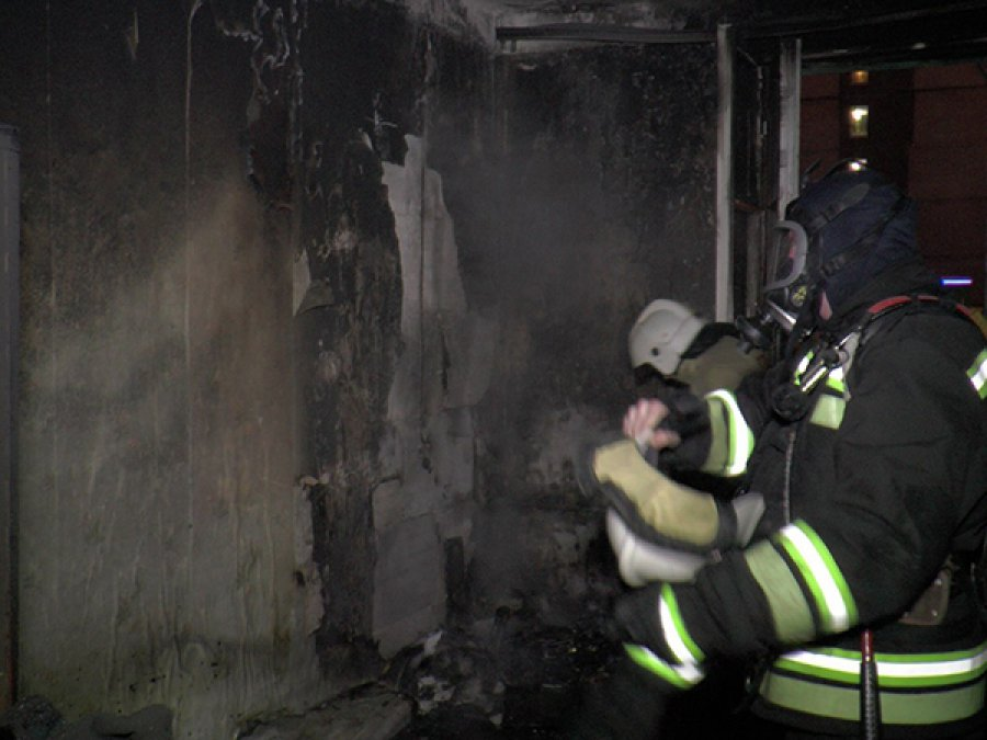 Пожарные спасли человека изгорящей квартиры вБрянске