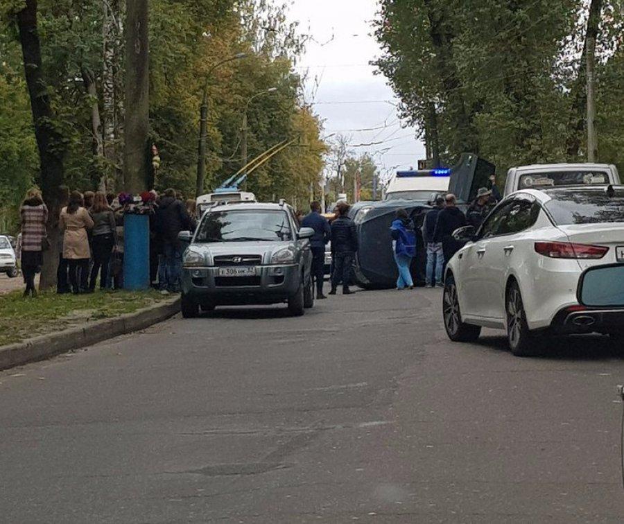 В Брянске между Курганом и БГУ перевернулся внедорожник Брянск