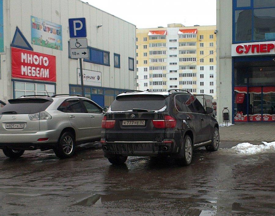 """В Брянске возле ТЦ """"Свенская ярмарка"""" снова заметили автохамов"""