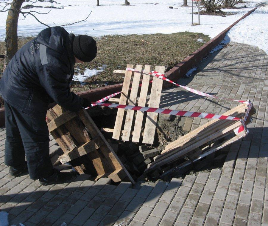 НаСлавянской площади вБрянске провалилась размытая тротуарная плитка