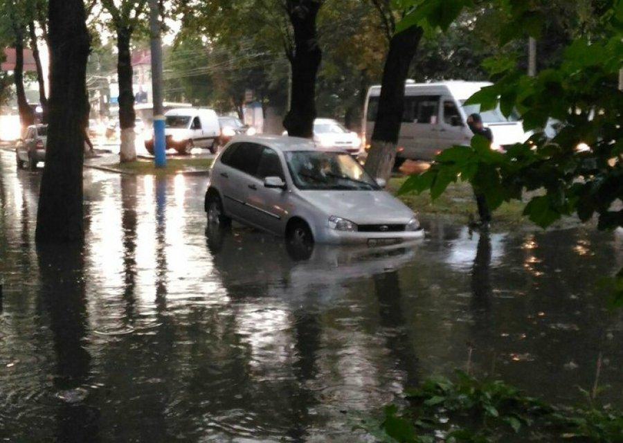 В Брянске автомобиль угодил в подводную ловушку