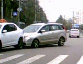 В Брянске иномарка въехала в остановившееся перед «зеброй» такси