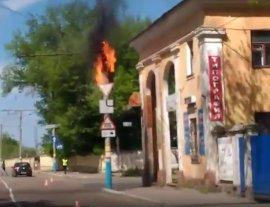 В Брянске сняли на видео горящий столб на улице Ульянова