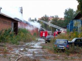 """В Брянске пожарные более 2 часов тушили склады у парка """"Юность"""""""