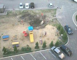 В Брянске коммунальщики вырыли котлован на детской площадке и забыли о нем