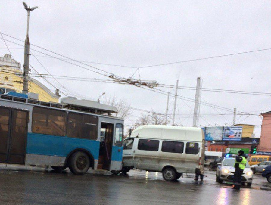 Возле Бежицкого рынка столкнулись троллейбус №3 и маршрутка №65