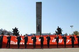 В Брянске развернули самую большую копию знамени Победы