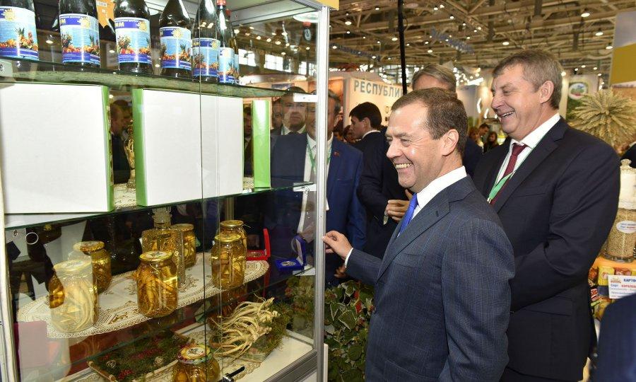 Дмитрия Медведева развеселил брянский женьшень навыставке «Золотая осень»