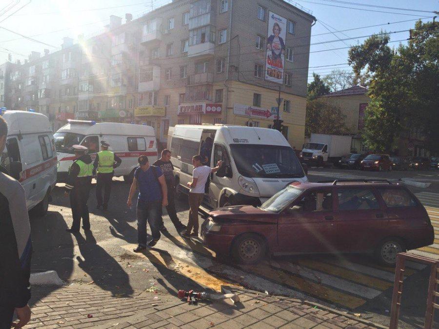В центре Брянска маршрутка №211 снесла ВАЗ есть раненые