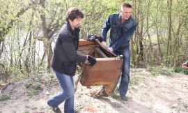 Брянцы во главе с губернатором очистили пляжи и парки от мусора
