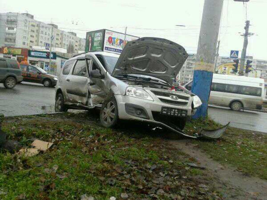 "В центре Брянска столкнулись ""Lada"" и ""Volkswagen"": пострадали два человека"