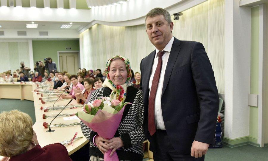 Брянский губернатор поздравил с8Марта солдатских матерей ивдов военнослужащих