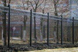 Брянские чиновники забыли установить забор у школы №40