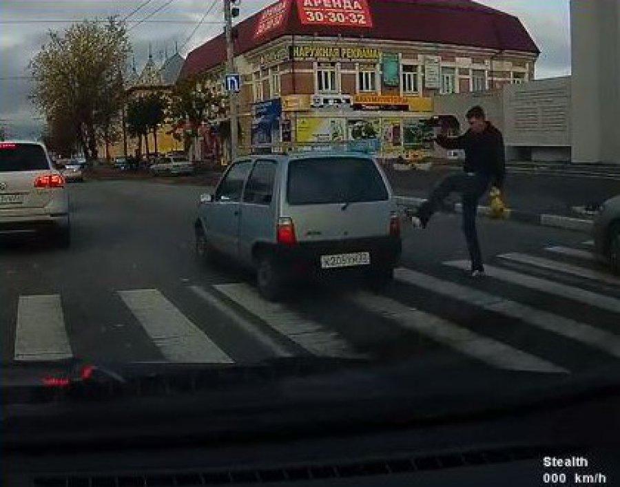 ВБрянске разозлившийся пешеход иавтохам попали навидео