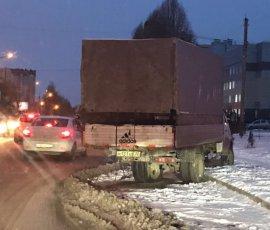 В Брянске на Крахмалева заметили стоящую 2 недели разбитую «Газель»