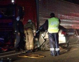 Под Брянском столкнулись две легковушки и фура: погиб водитель