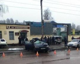 В Брянске водитель иномарки врезался в столб и погиб