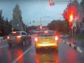 В Брянске на Болгарах сняли на видео проезд иномарки на красный