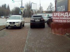 В Брянске две иномарки загородили пешеходный переход