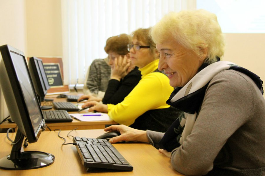 Неменее 260 неработающих омских пожилых людей обучились азам работы накомпьютере