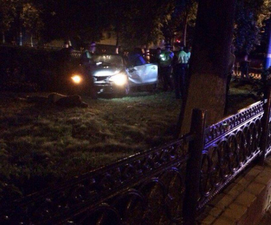 Легковой автомобиль врезался вограждение школы вБрянске, необошлось без жертв