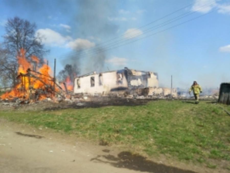 В Карачевском районе два часа тушили горящий дом
