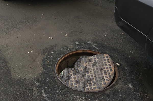 В Брянске дождём размыло люк в 5-м микрорайоне