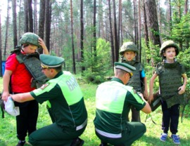 Брянских детей одели в каски и бронежилеты