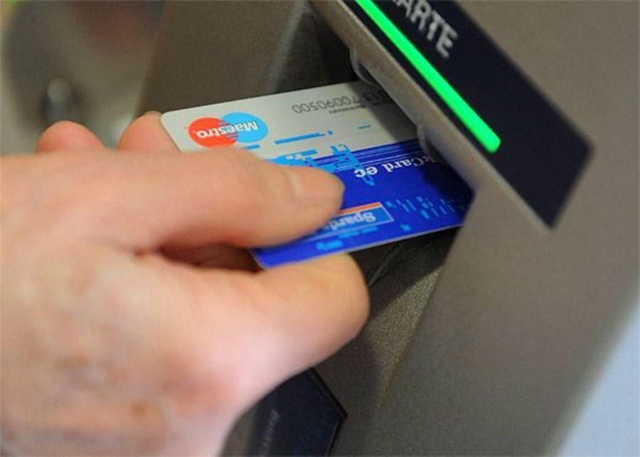 В Брянске 21-летняя девушка украла банковскую карту у посетителя кафе
