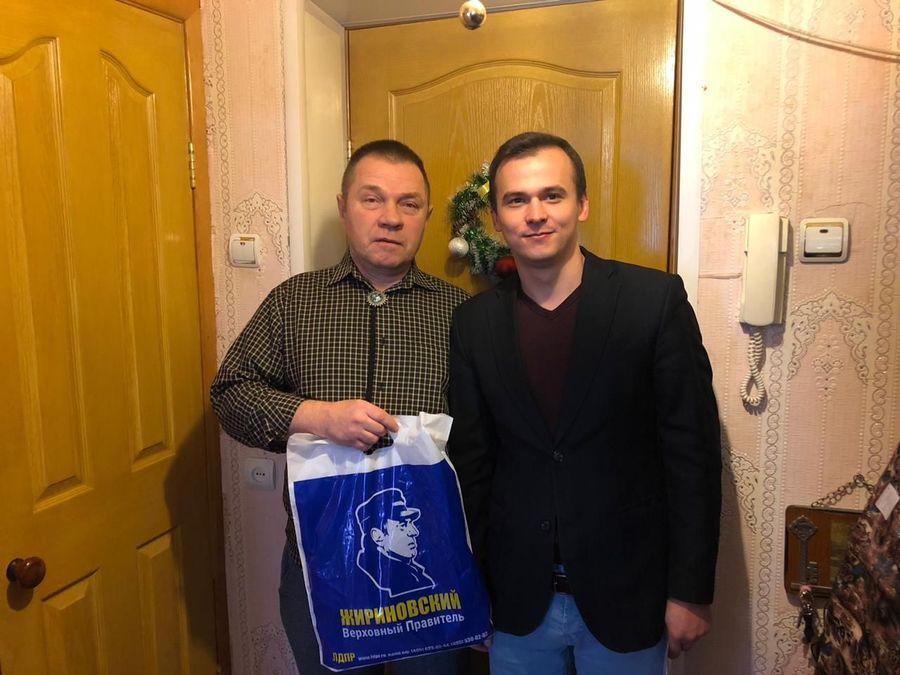 Жириновский передал жителю Брянска Пирожкову галстук боло
