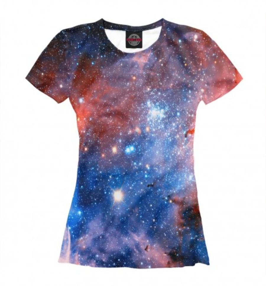 Огромная вселенная, помещенная на яркий принт футболки