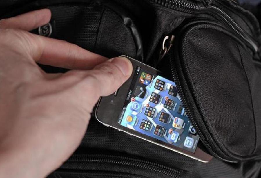 В Брянске 15-летний подросток украл у пьяного мужчины сумку с мобильником