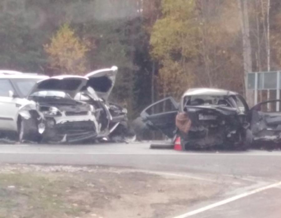 Под Брянском у поворота на Партизанскую поляну столкнулись три машины