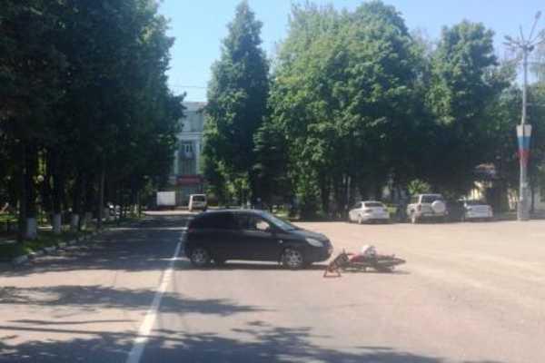 В Брянске возле ДК БМЗ иномарка «Hyundai Getz» врезалась в мопед