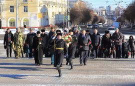 В Брянске возложили цветы к вечному огню на площади Партизан