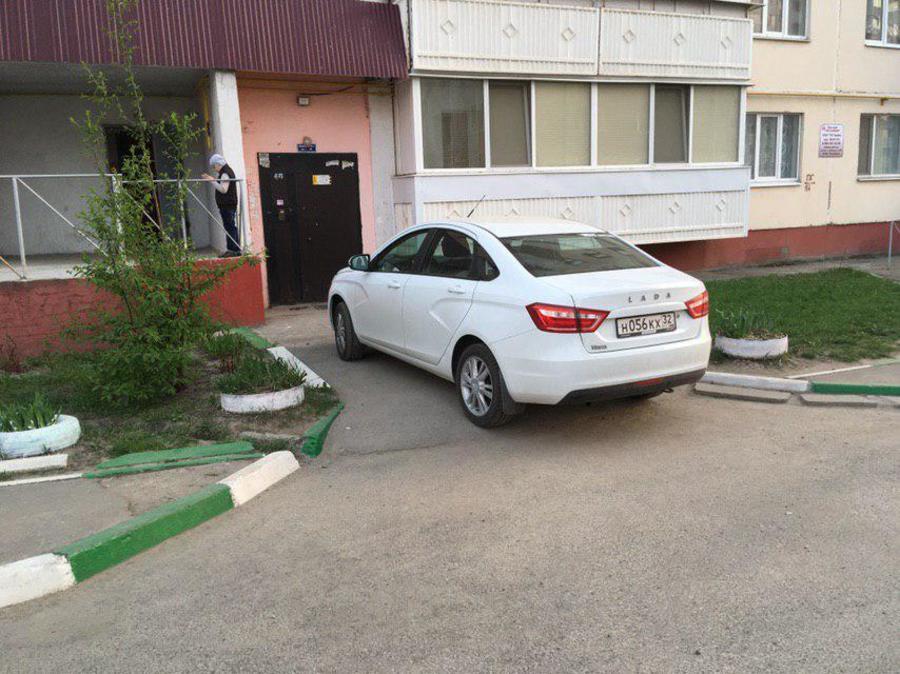В Брянске автохам на «Lada Vesta» перекрыл вход в подъезд