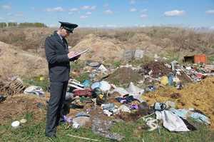 В Комаричском районе захламили гектар земли