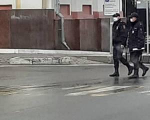 В защитных масках полицейские патрулируют улицы Брянска