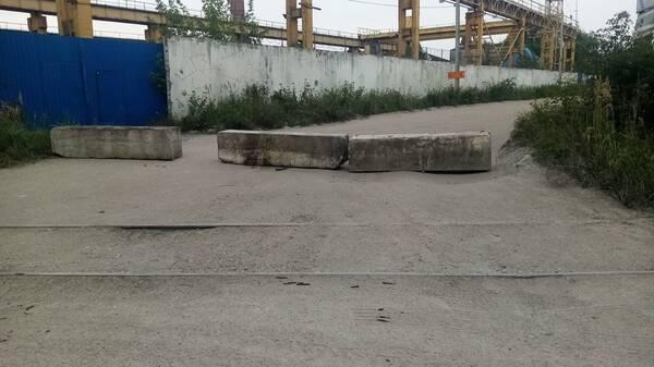 В Брянске на Сталелитейной перекрыли дорогу бетонными блоками