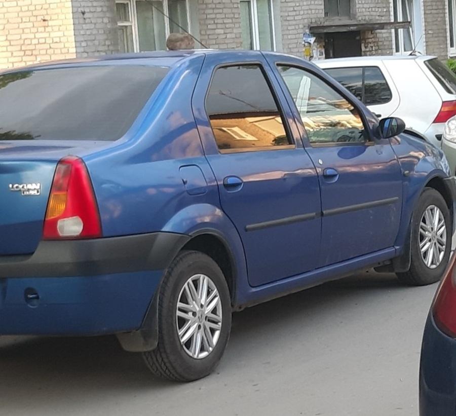 В Брянске на Новом Городке автохаму положили кирпич на машину